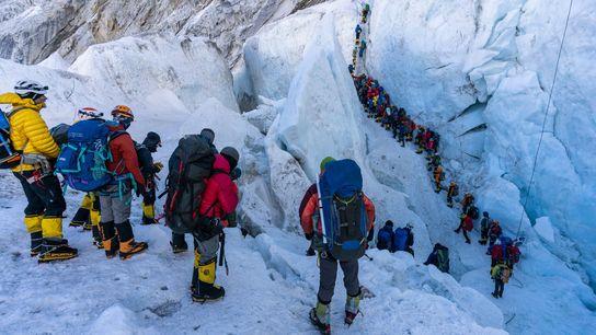 Des alpinistes font la queue avant de traverser la cascade de glace du Khumbu, l'une des ...