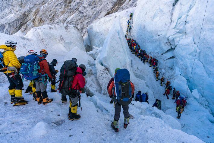 Une ligne d'alpinistes traversent la cascade de glace de Khumbu. Le printemps 2019 a été perturbé ...