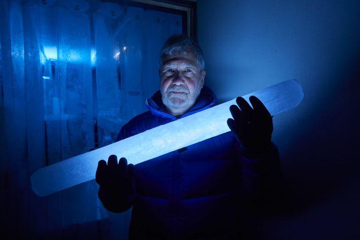 Le climatologue Paul Mayewski tient une section de l'une des carottes de glace extraites sur les ...
