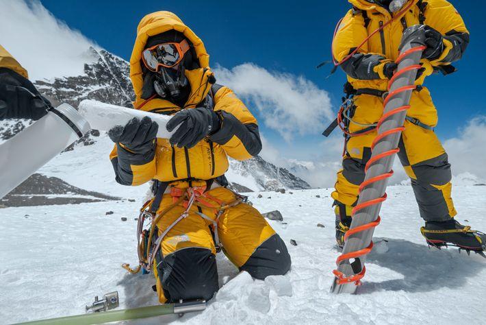 Le climatologue Mariusz Potocki (à gauche) a utilisé une perceuse spéciale pour prélever un échantillon de ...