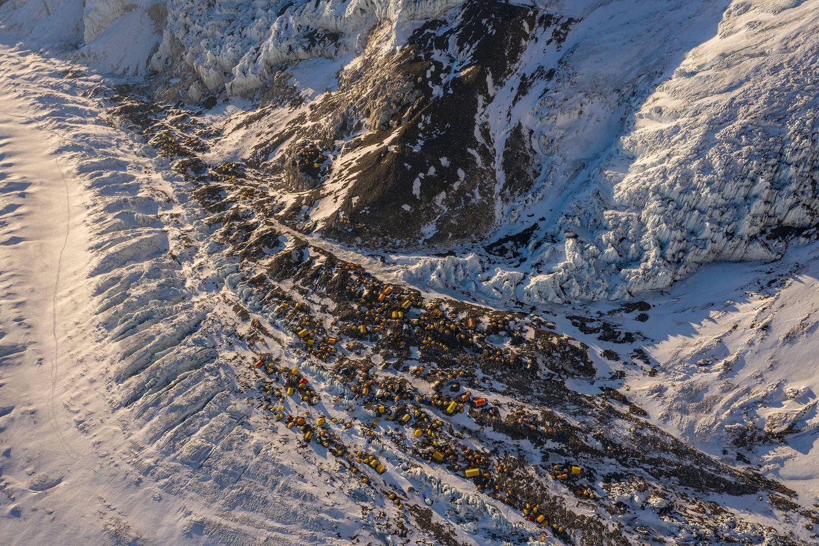 Ci-dessus, le camp n°2 de l'Everest ponctué de tentes. Au cours du printemps 2019, une équipe ...