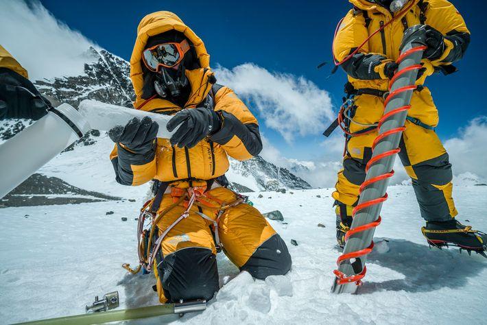 Potocki stocke une partie de la carotte de glace de 10 mètres extraite du Col Sud. ...