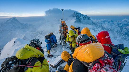 Aux côtés d'une équipe de Sherpas, les climatologues Baker Perry et Tom Matthews mettent au point ...