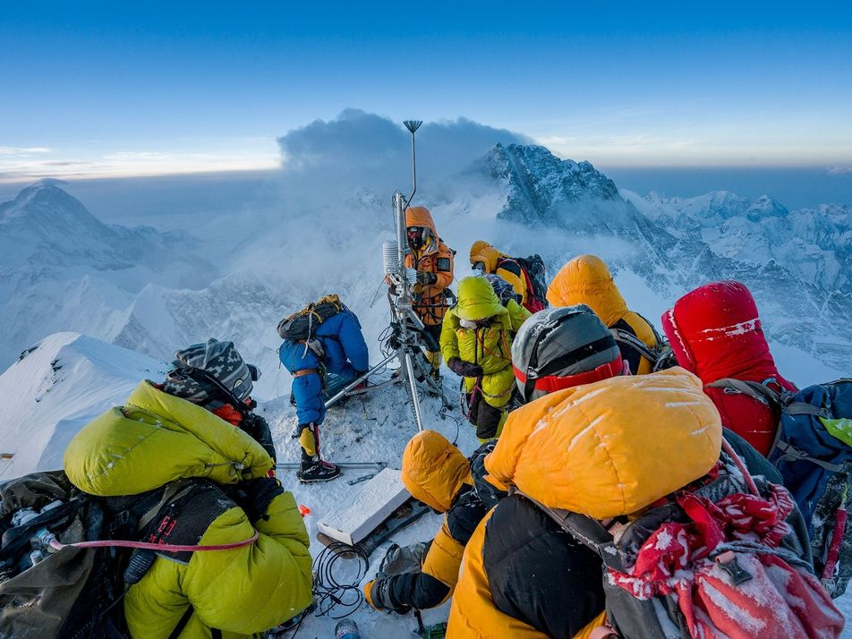 Everest : la périlleuse installation de la station météorologique la plus haute du monde