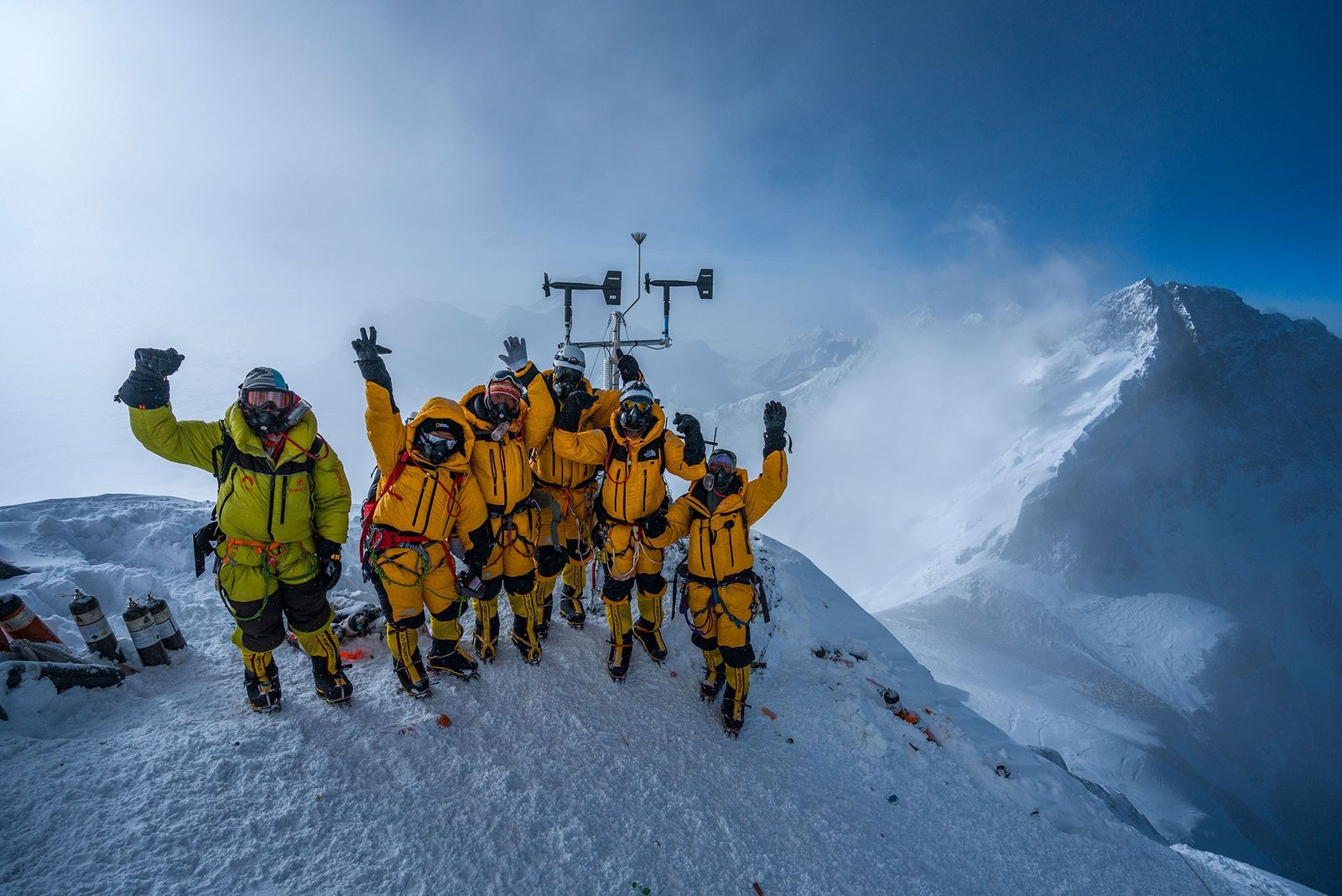 L'équipe fête l'installation réussie de leur dernière station météorologique, laquelle a déjà transmis des données à ...
