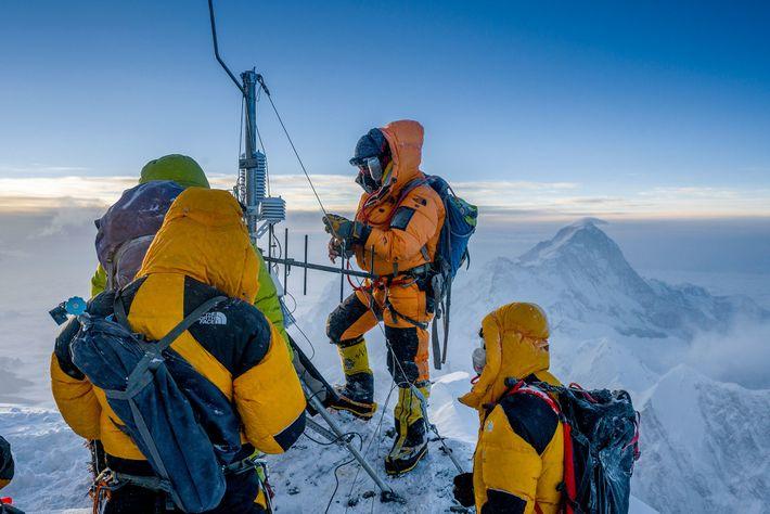 Après avoir décidé d'abandonner leur tentative d'ascension du sommet, l'équipe met en place sa dernière station météo ...