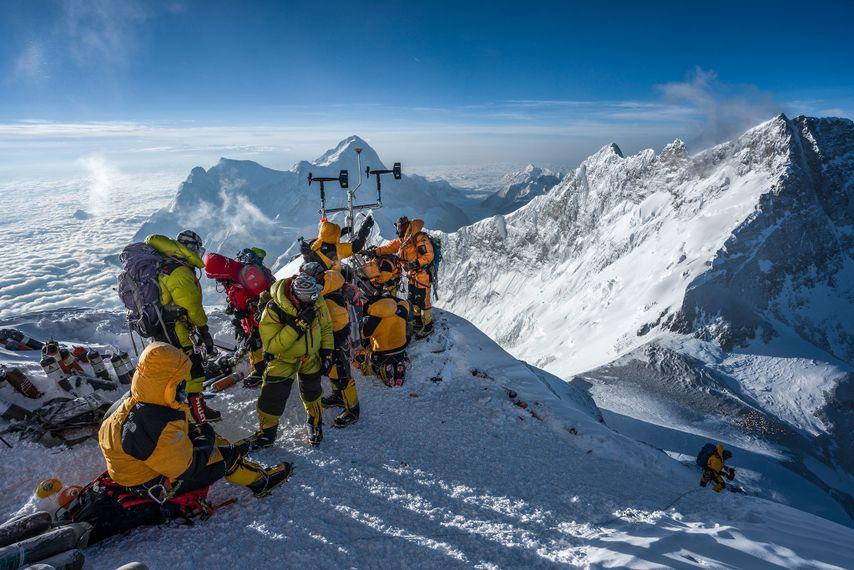 À plus de 8 412 mètres au-dessus du niveau de la mer, l'équipe de haute altitude ...