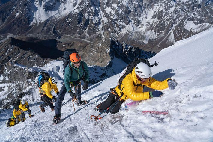 Inka Koch prélève un échantillon de neige de surface à proximité du sommet du Lobuche. Alors ...