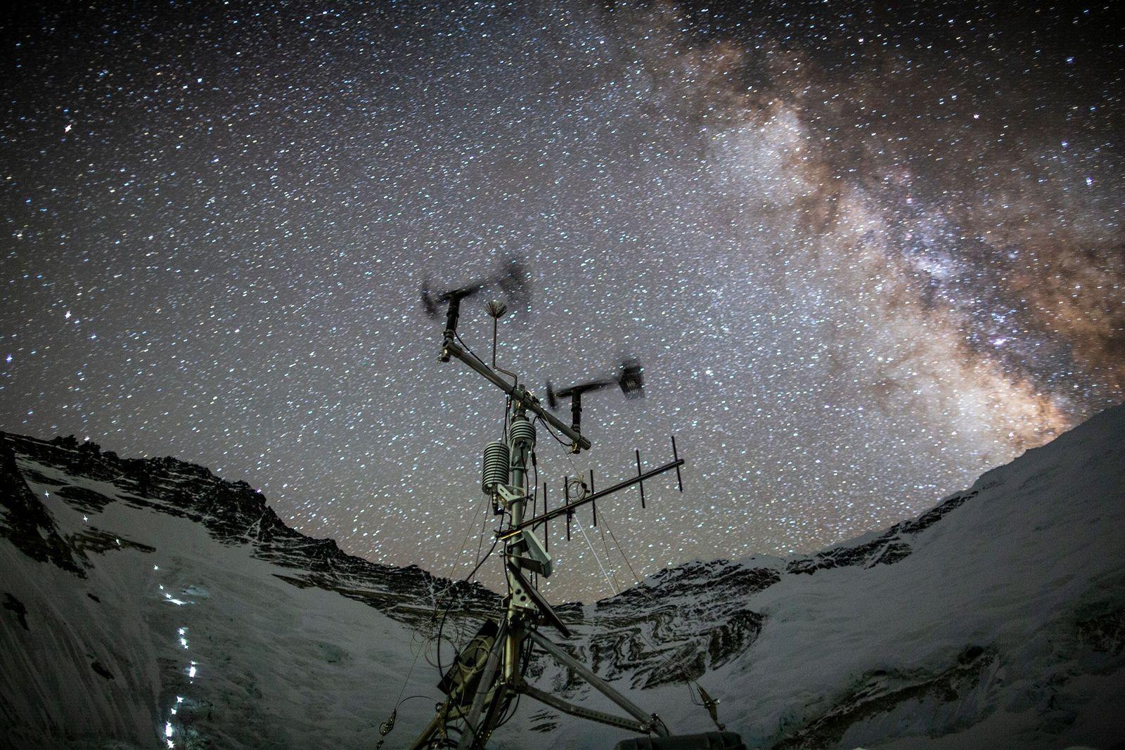 Les scientifiques ont installé des stations météorologiques sur l'Everest, dont celle-ci au camp n°2, afin de ...