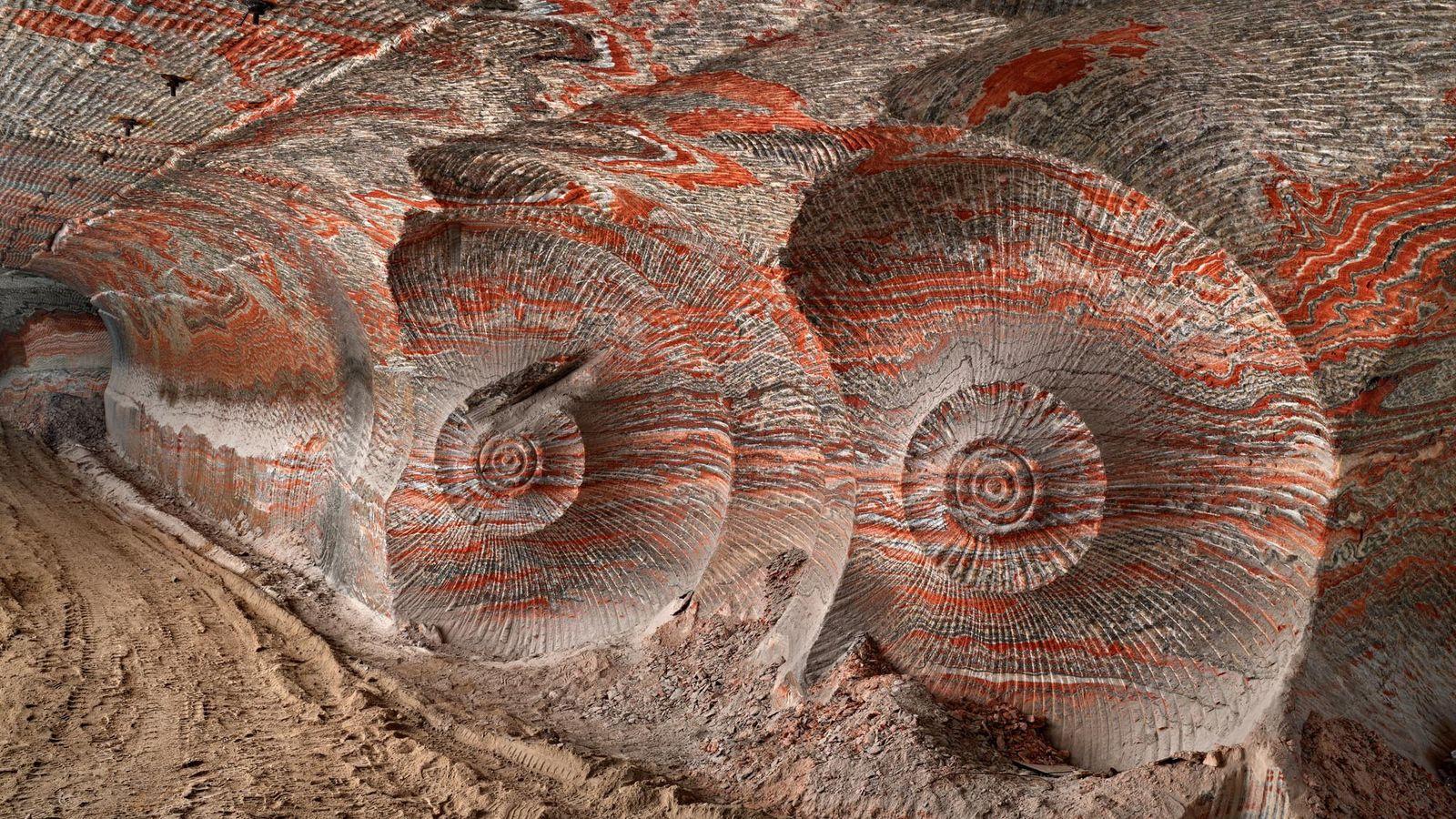 Cette photographie est extraite du projet d'Edward Burtynsky sur l'Anthropocène, qu'il décrit comme l'empreinte complexe et ...