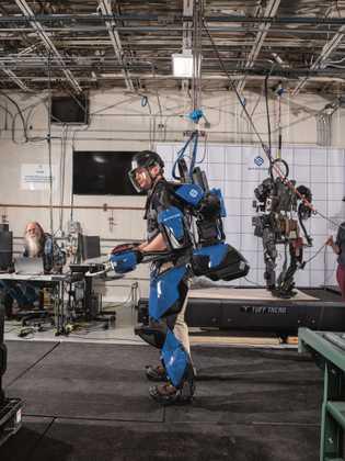 Certains travailleurs sont équipés d'exosquelettes. Ceux-ci combinent capteurs, ordinateurs et moteurs, et permettent aux humains d'effectuer ...