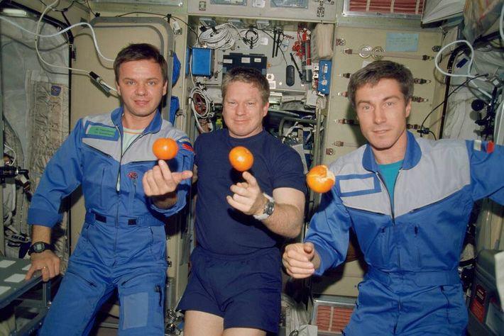 Sur ce cliché datant de décembre 2000, les membres de l'équipage de l'Expédition 1, c'est-à-dire les premiers habitants ...