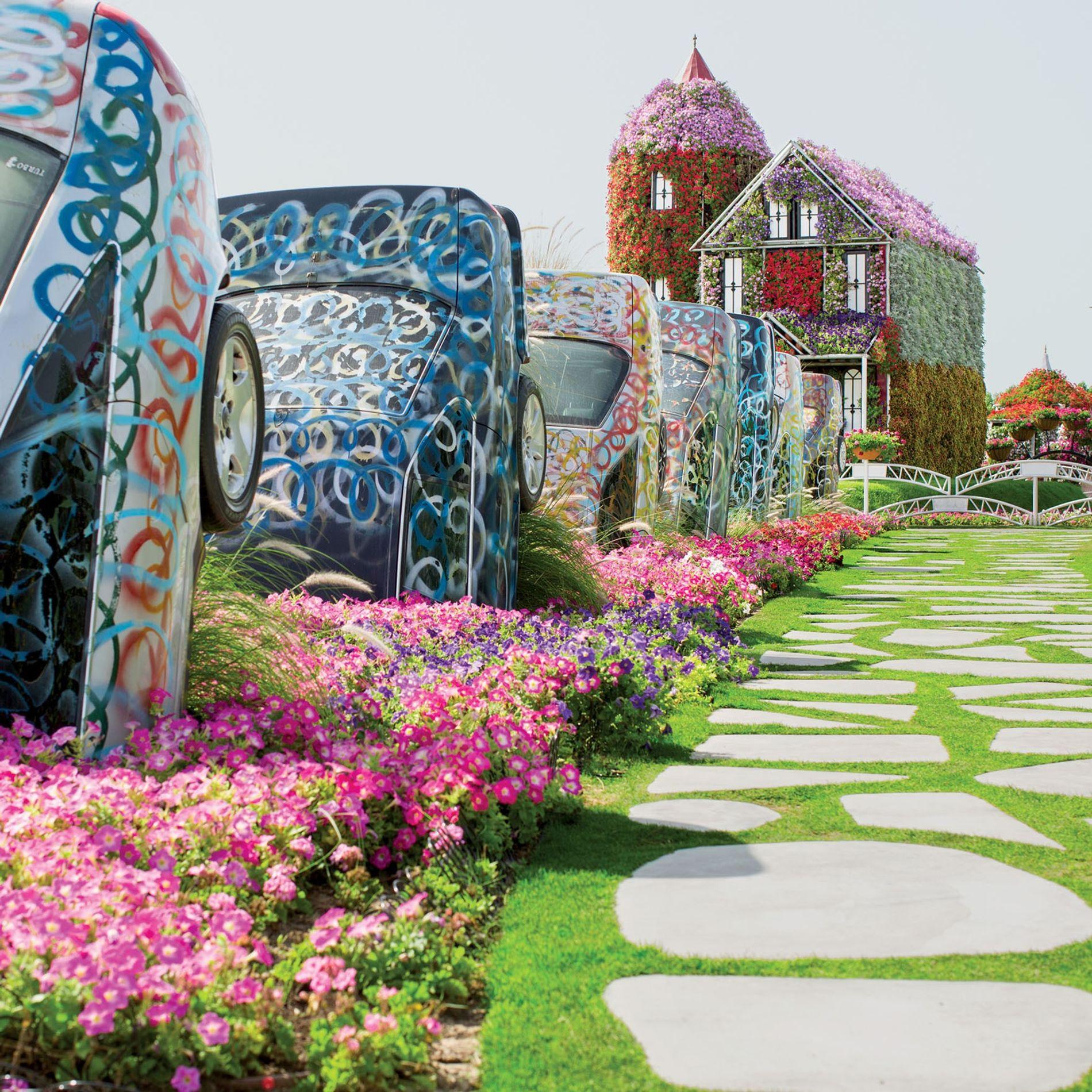 Le plus grand jardin fleuri du monde, à Dubaï, Émirats arabes unis. Les structures artificielles contrastent ...