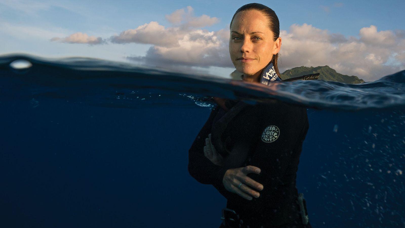 Jessica Cramp pratique la plongée libre au large des côtes de Rarotonga, la plus grande des ...