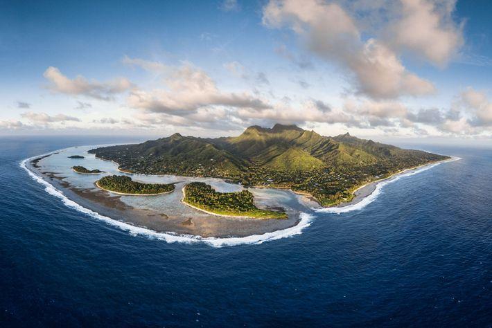 L'île de Rarotonga vue du ciel. En 2012, les Îles Cook ont mis en place l'un ...