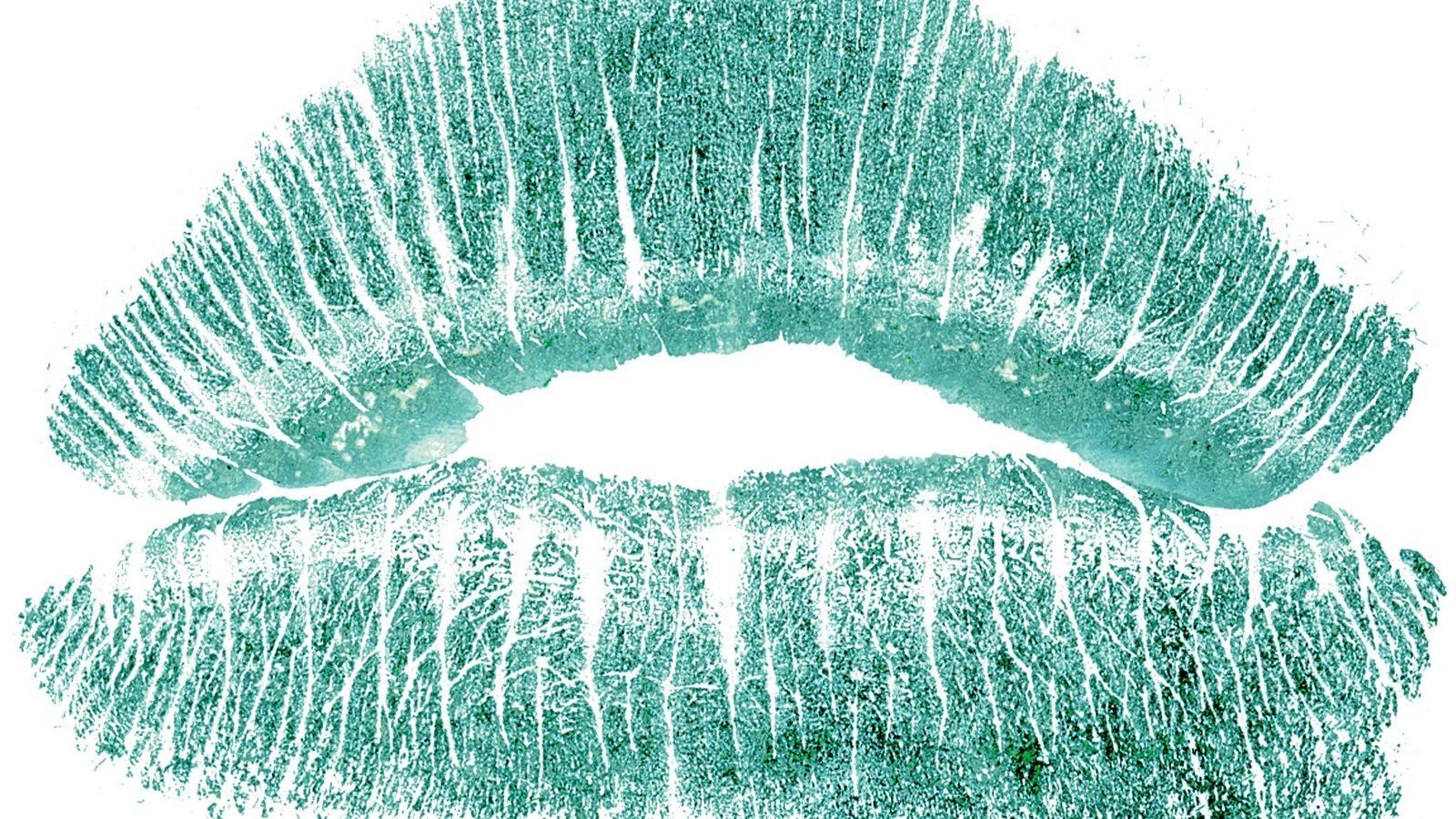 Une lèvre non clivée révèle un motif de ligne verticale.