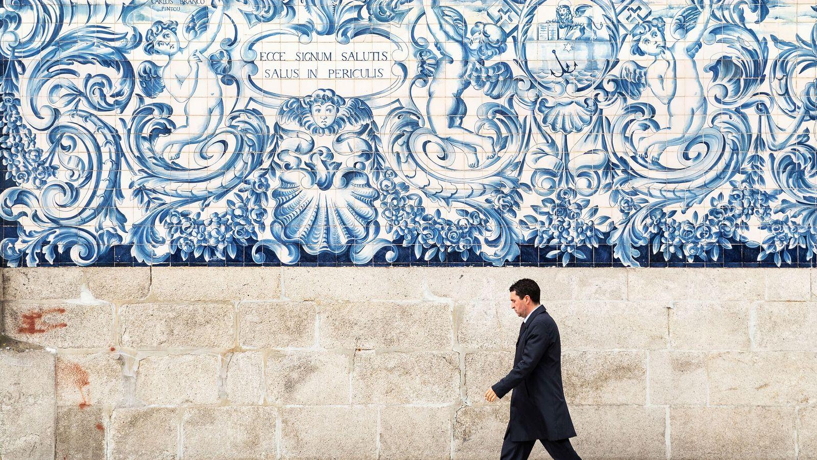 Installé en 1910 sur la façade de l'église du Carmo de Porto, au Portugal, cet azulejo ...