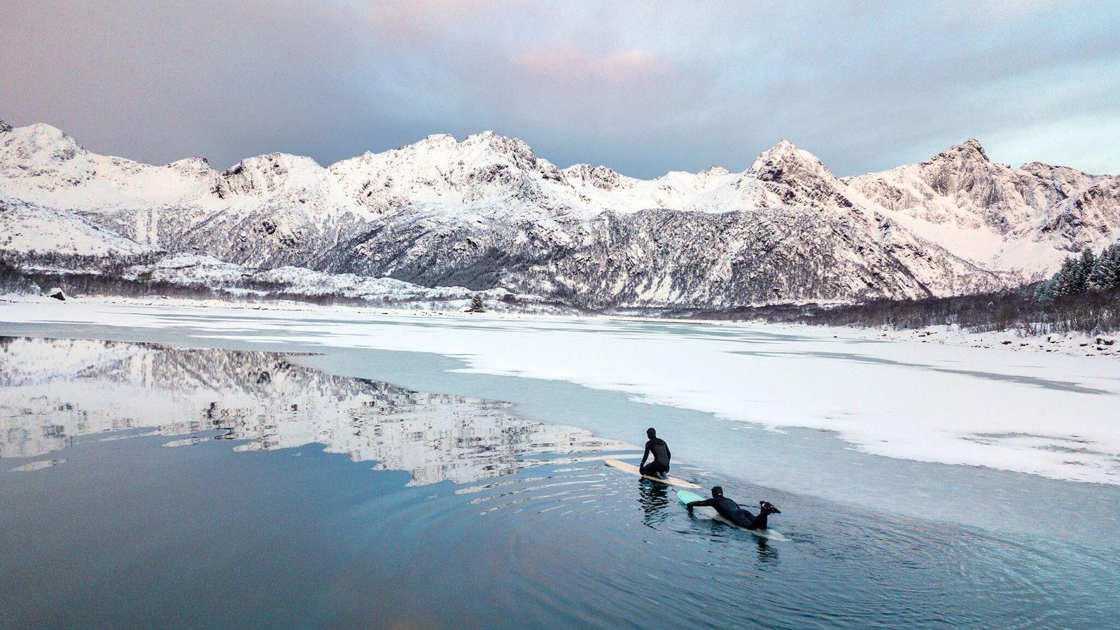 Les surfeuses allemandes Aline Bock et Lena Stoffel bravent les eaux glaciales qui bordent le hameau d'Unstad, dans ...