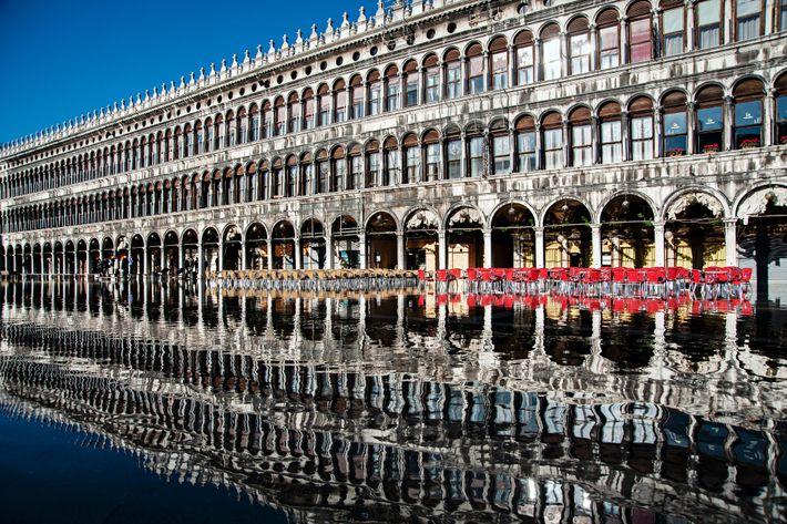 Pendant la période des inondations à Venise, les façades de la place Saint-Marc apparaissent telles des ...