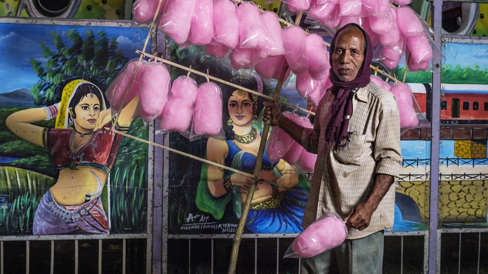 Rajeshwar Halder vend des barbes à papa au Bengale-Occidental. Il gagne environ 13 € par semaine.