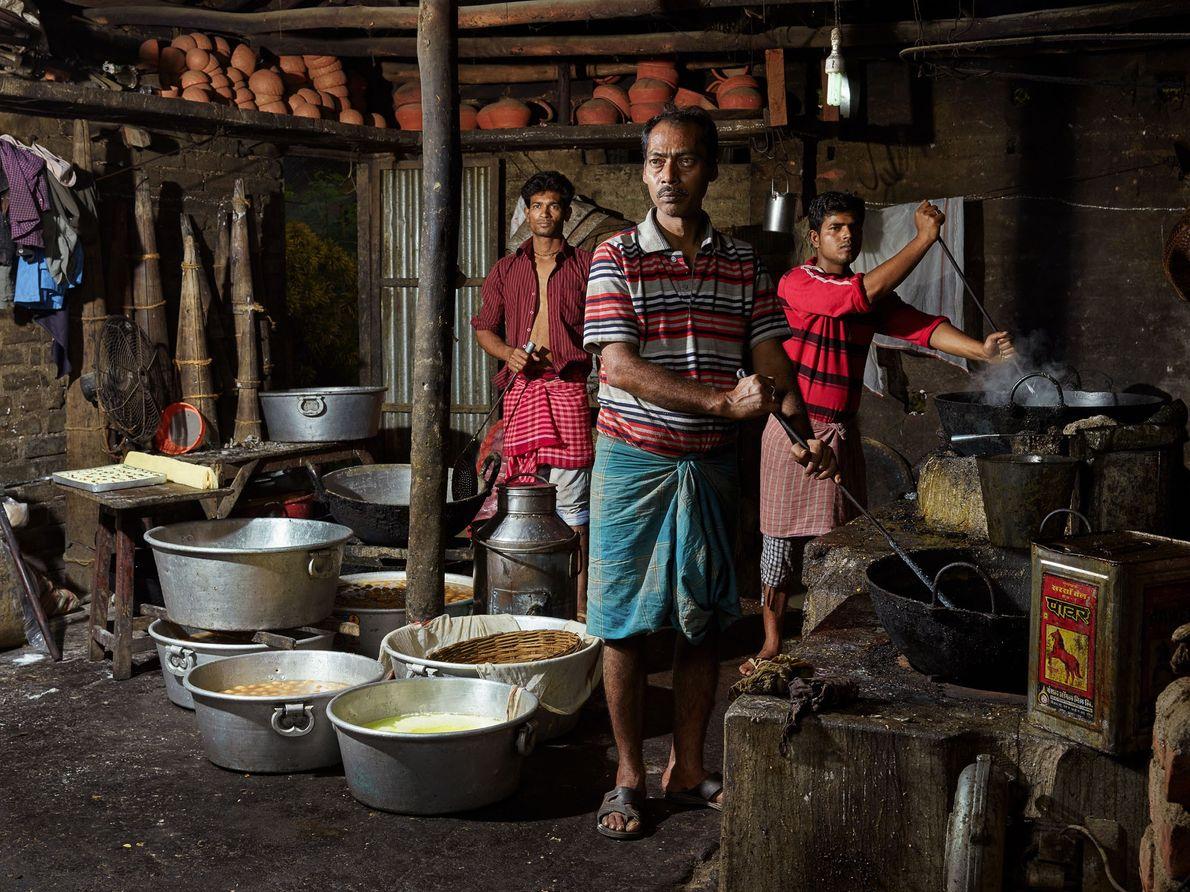 Rakesh Biswas, Prakash Roychowdhury, et Shyamal Bala sont des confiseurs, ou moyra. Roychowdhury, chef pâtissier, gagne ...