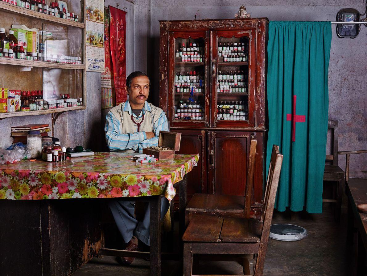 Nemai Kumar Dutta est un médecin homéopathe traditionnel. Il gagne environ 2 500 roupies (31 €) ...