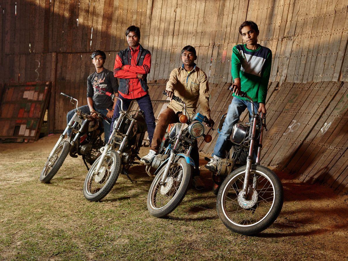 Ces quatre hommes sont des motocyclistes de divertissement, également connus sous le nom de motards maut-ka-kuan ...