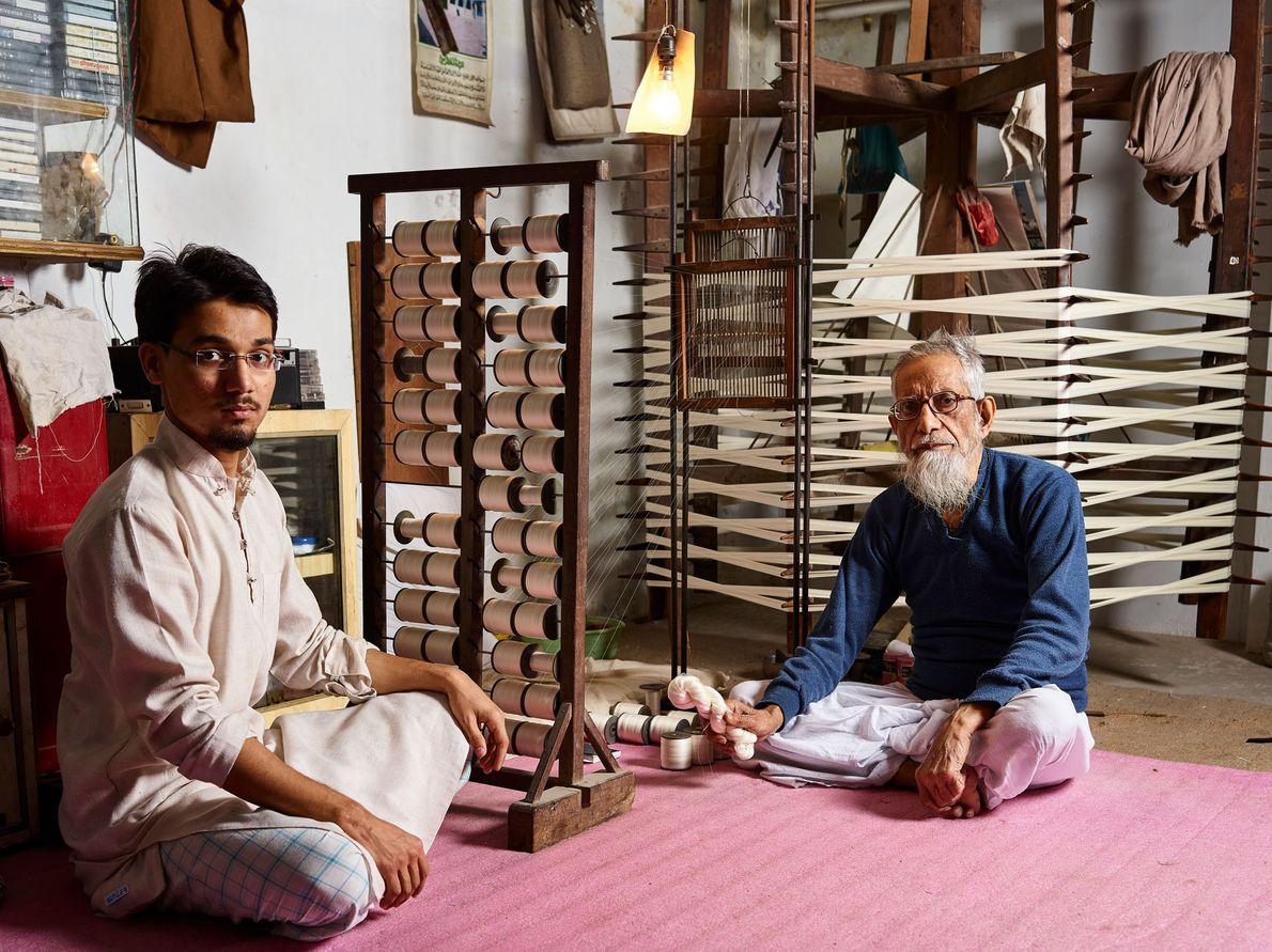 Moin Ashraf et Shamshul Haque sont des fabricants de fil de soie. Ensemble, le père et ...