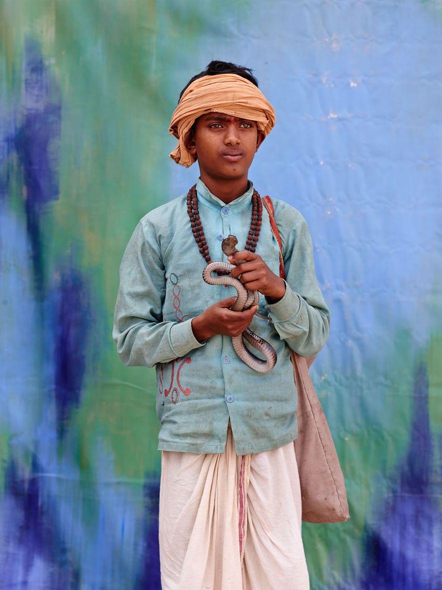Sajan Sapera gagne environ 750 roupies (9.70 €) par semaine en tant que charmeur de serpent, ...