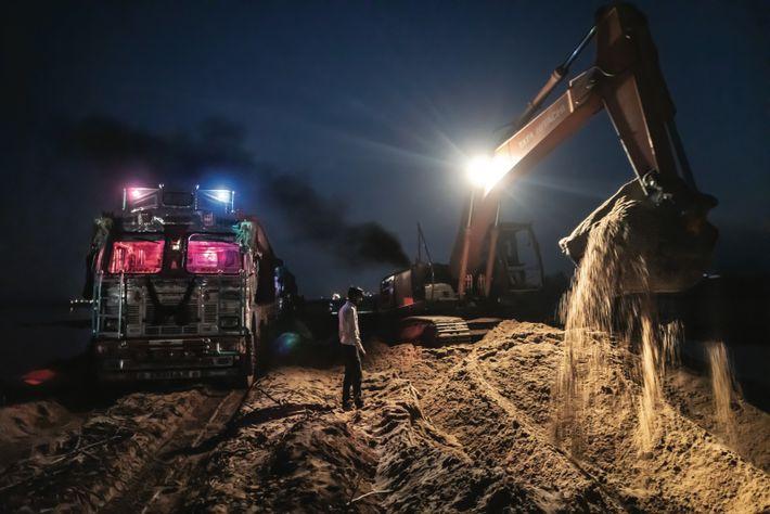 Des engins extraient du sable du lit de la Son, dans le Bihar. Si ce site ...