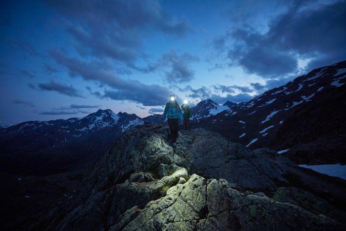Un couple emprunte un sentier rocheux sur le glacier de Val Senales dans la province autonome ...