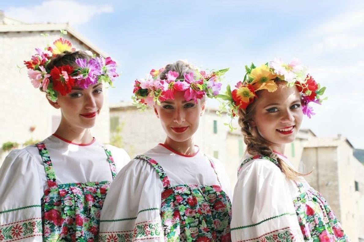 Trois jeunes filles en costume traditionnel de l'Oudmourtie prennent la pose. Chaque année, le groupe folklorique ...