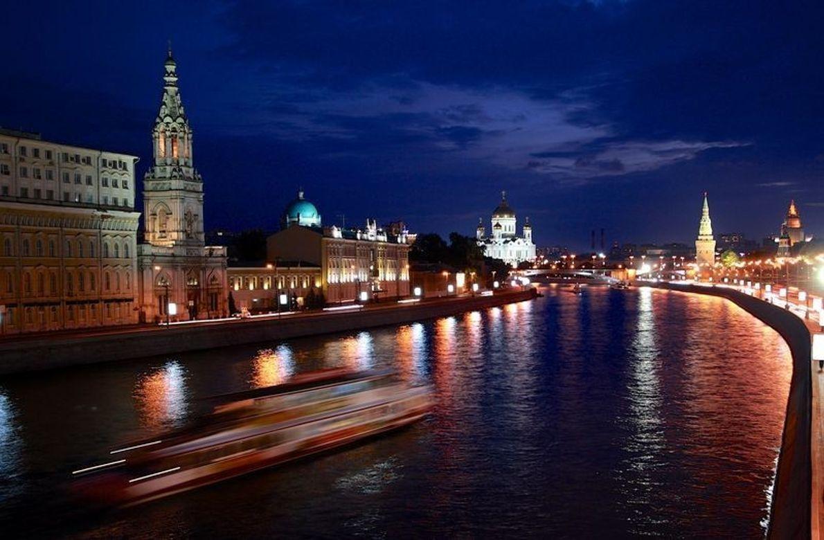 Un soir d'été à Moscou. Alors que je me tiens sur le pont faisant face à ...