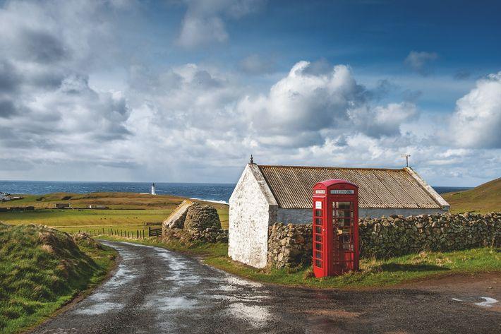 À mi-chemin entre les Shetland et les Orcades, Fair Isle, dans l'Atlantique Nord, ne compte qu'une seule cabine ...