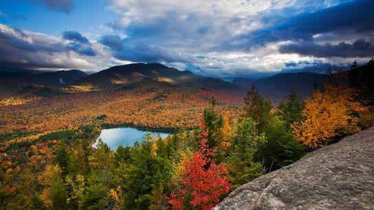 Vue sur Heart Lake et sur les sommets Algonquin et Wright du parc Adirondack, dans l'État ...
