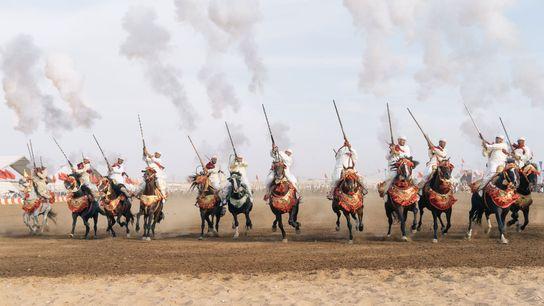 La fantasia requiert une synchronisation parfaite des mouvements de tous ses cavaliers. Leurs chevaux doivent galoper ...
