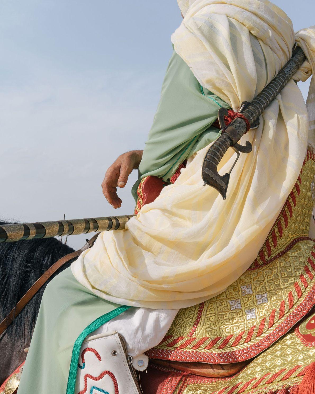 Pendant la fantasia, les cavaliers portent des djellabas traditionnelles, un vêtement composé de plusieurs couches de ...