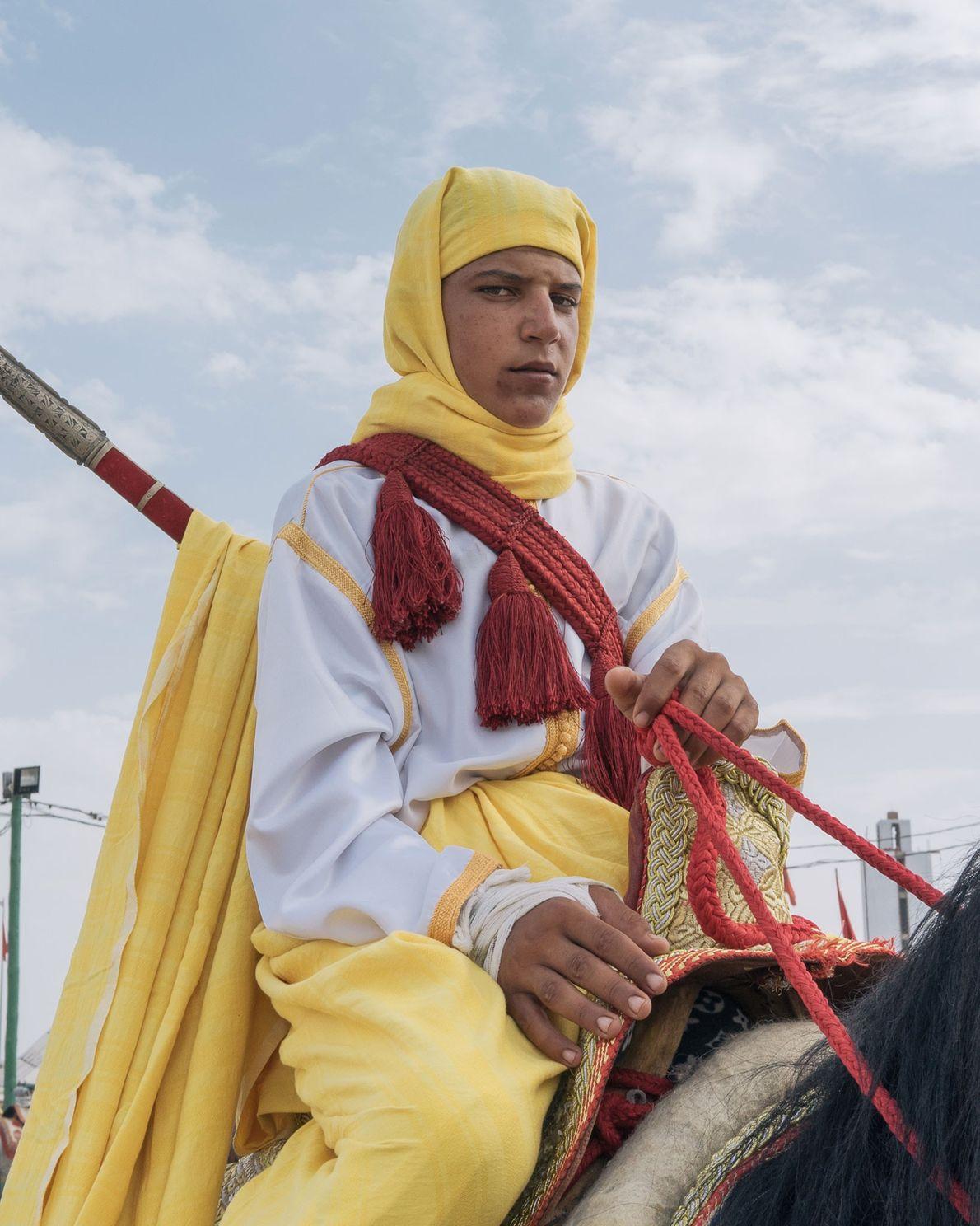 Un cavalier à la tenue vive patiente entre deux salves.