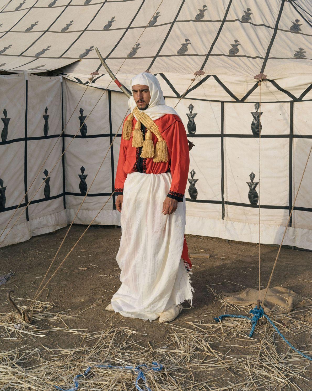 Un cavalier prend la pose devant la tente de sa troupe. Au cours de la fantasia, ...