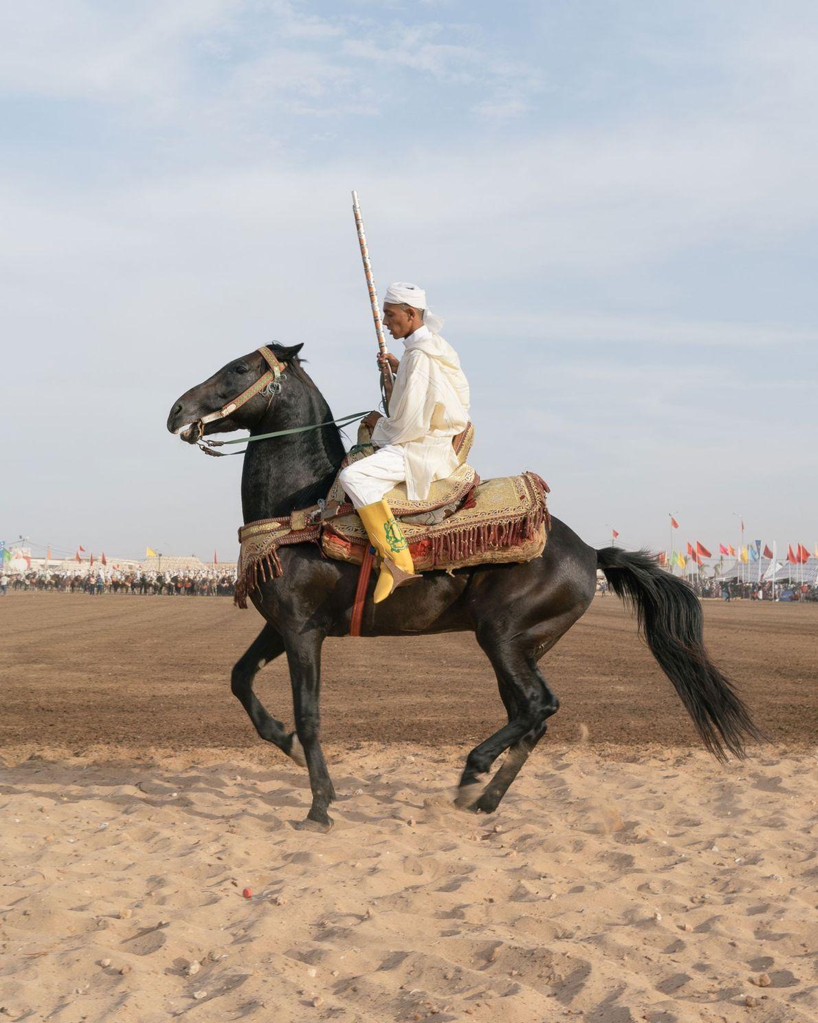 Alors qu'il vient d'achever la salve de sa troupe sur le terrain principal, un cavalier calme ...