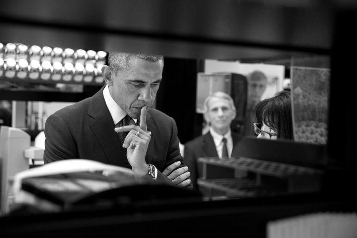 L'ex-président des États-Unis, Barack Obama, écoute la Dre Nancy Sullivan, directrice du programme de recherche en ...