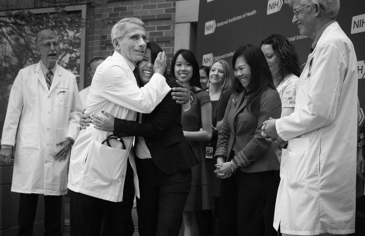 Anthony Fauci prend dans ses bras Nina Pham, l'infirmière contaminée par le virus Ebola après avoir ...