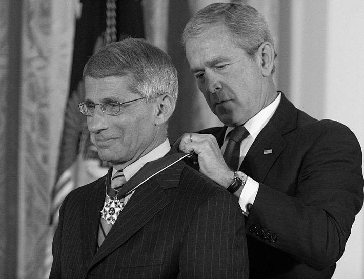 Alors président des États-Unis, George W. Bush remet la médaille présidentielle de la Liberté à Anthony ...