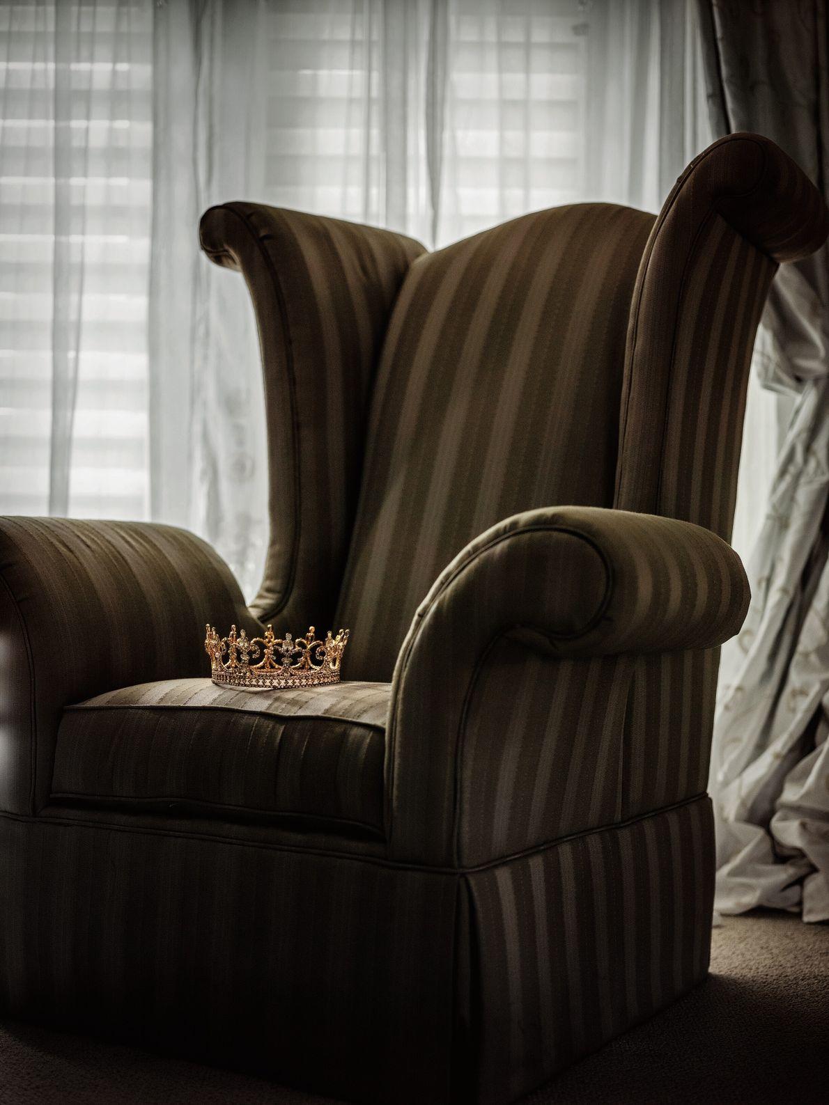 Le virus emporte un roi. La Nouvelle-Orléans, Louisiane, États-Unis. La couronne de roi zoulou du Mardi gras ...