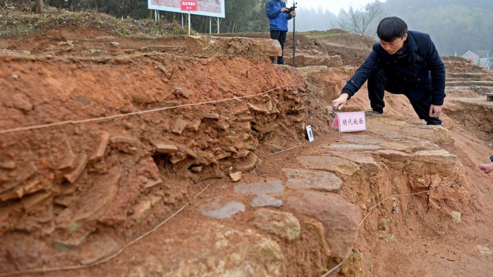 Des archéologues photographiés pendant les fouilles sur le site du grand palais de Shangqing.