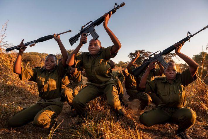 Les rangers s'entraînent à manier des fusils. Si certains écologistes soutiennent que l'armement de ces femmes augmente ...