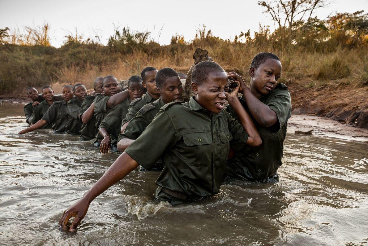 La formation des Akashinga comprend des exercices pour promouvoir le travail d'équipe.Ici, les rangers portent un ...
