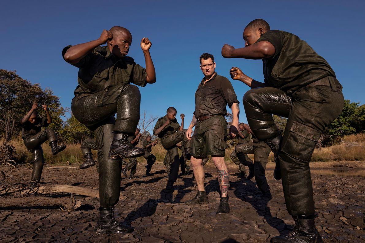 Damien Mander, un ancien soldat des forces spéciales australiennes qui a formé des gardes forestiers en ...