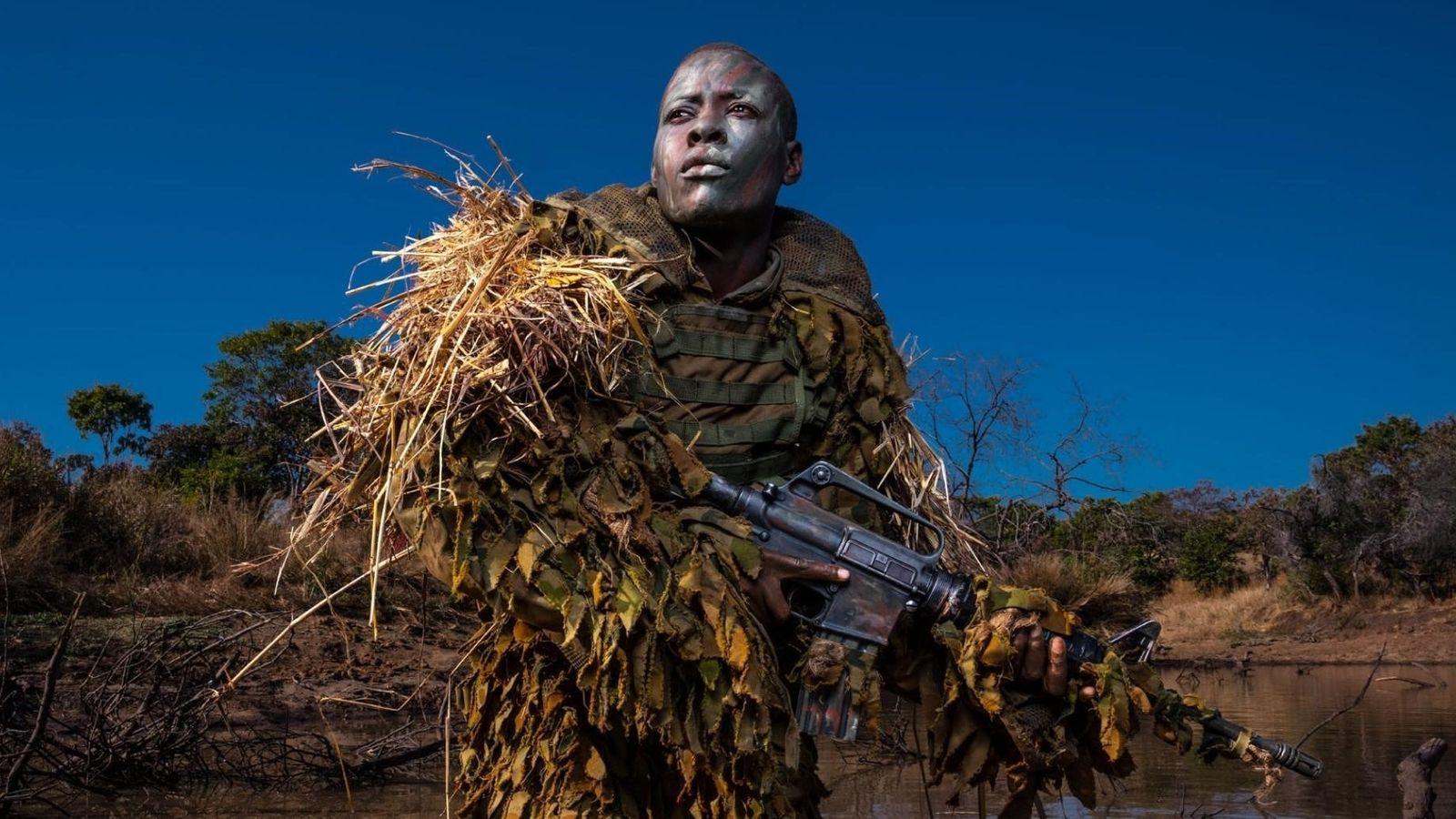Petronella Chigumbura, membre des Akashinga - une unité anti-braconnage 100 % féminine - en reconnaissance dans ...
