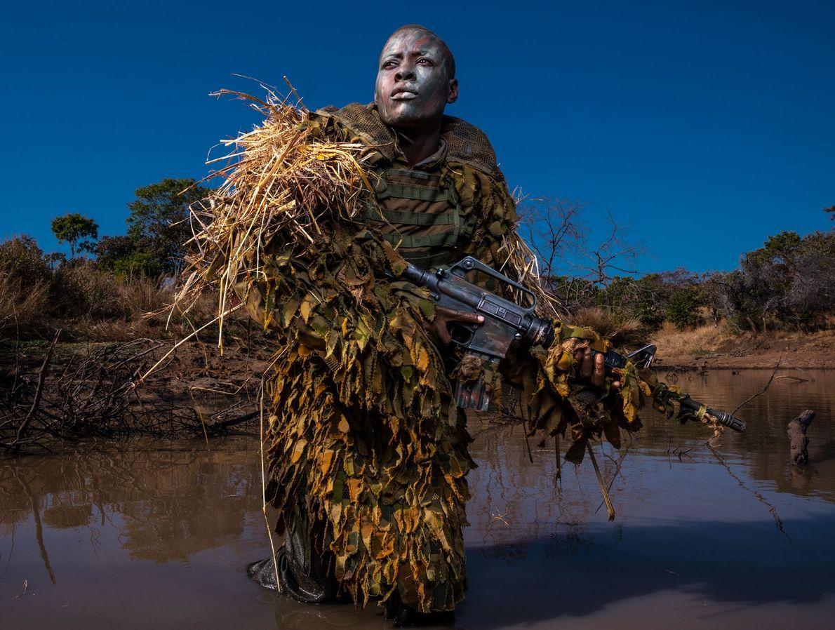 Petronella Chigumbura est membre des Akashinga, une unité de patrouille antibraconnage à but non lucratif et ...